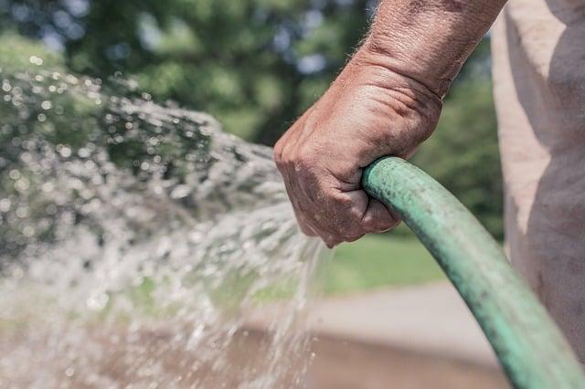regar y limpiar tus herramientas y jardín